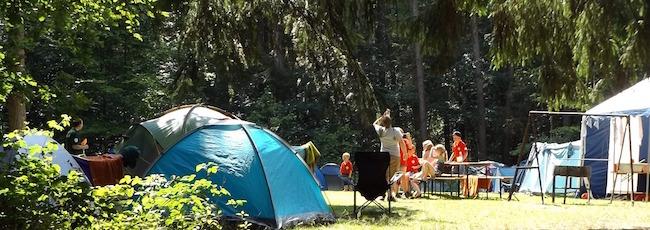 キャンプ場でテントを張る