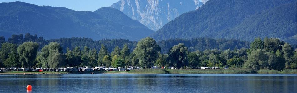 湖畔の美しいアウトドアの風景