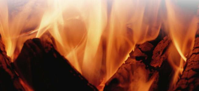 キャンプ・バーベキュー 火起こしの方法とコツ
