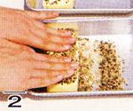 プロセスチーズの表面全体にコショウをつける