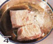 燻製にする豚バラ肉を塩抜きしている画像
