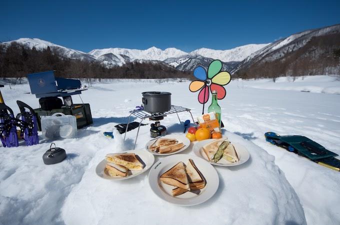 冬のアウトドア 雪山での食事