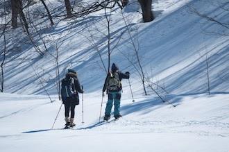 冬のアウトドア 雪山を散策