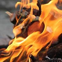 焚き火を楽しむ秋冬キャンプ 失敗しないコツと焚き火アイテム