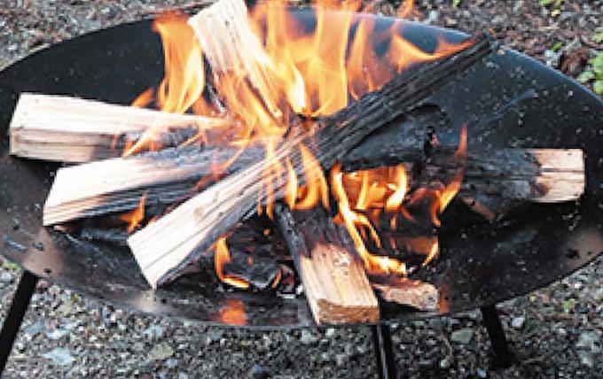焚き火を楽しむ秋冬キャンプ b