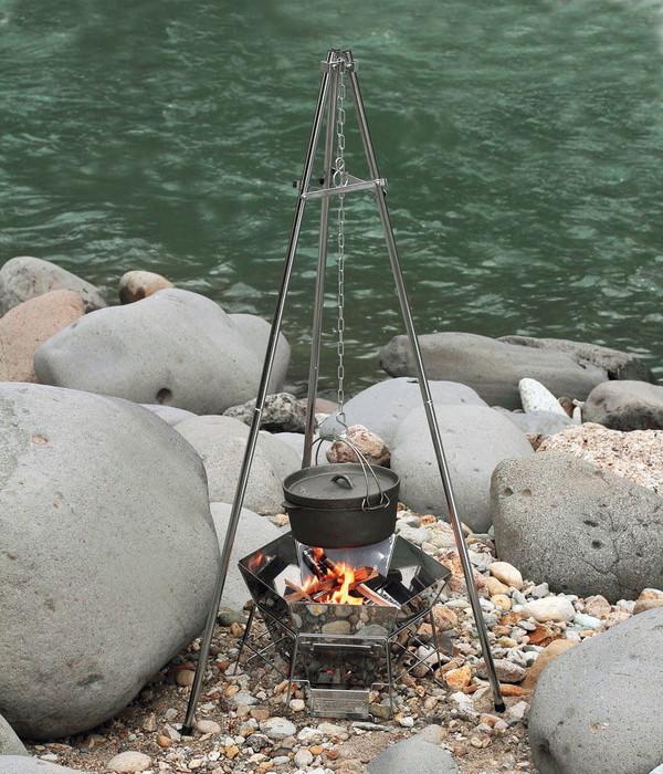 三脚を使用してダッチオーブンを火の上に吊るす