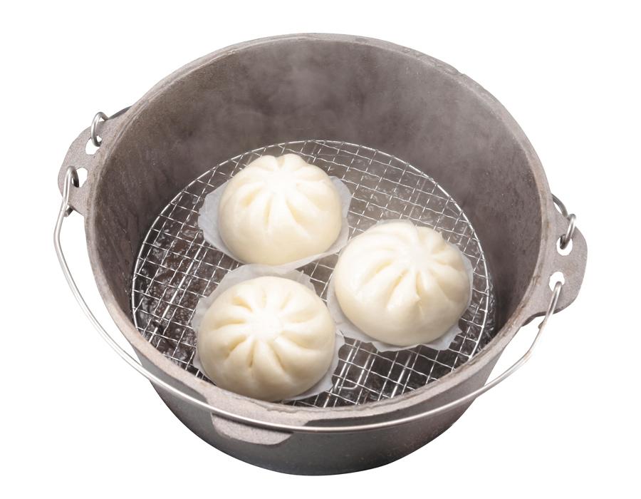 蒸しネットをダッチオーブンの中に入れる