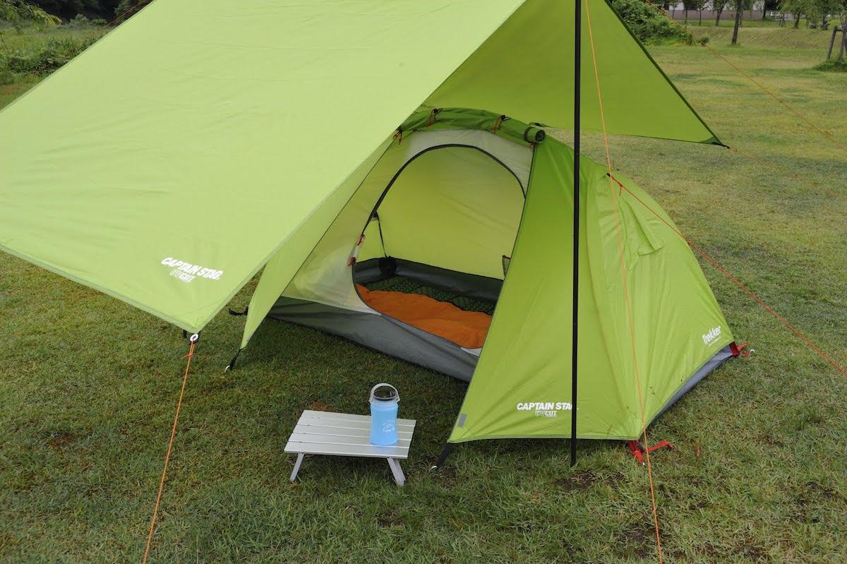 ソロテントを中心にコンパクトにまとめたテントとタープの組み合わせ 1