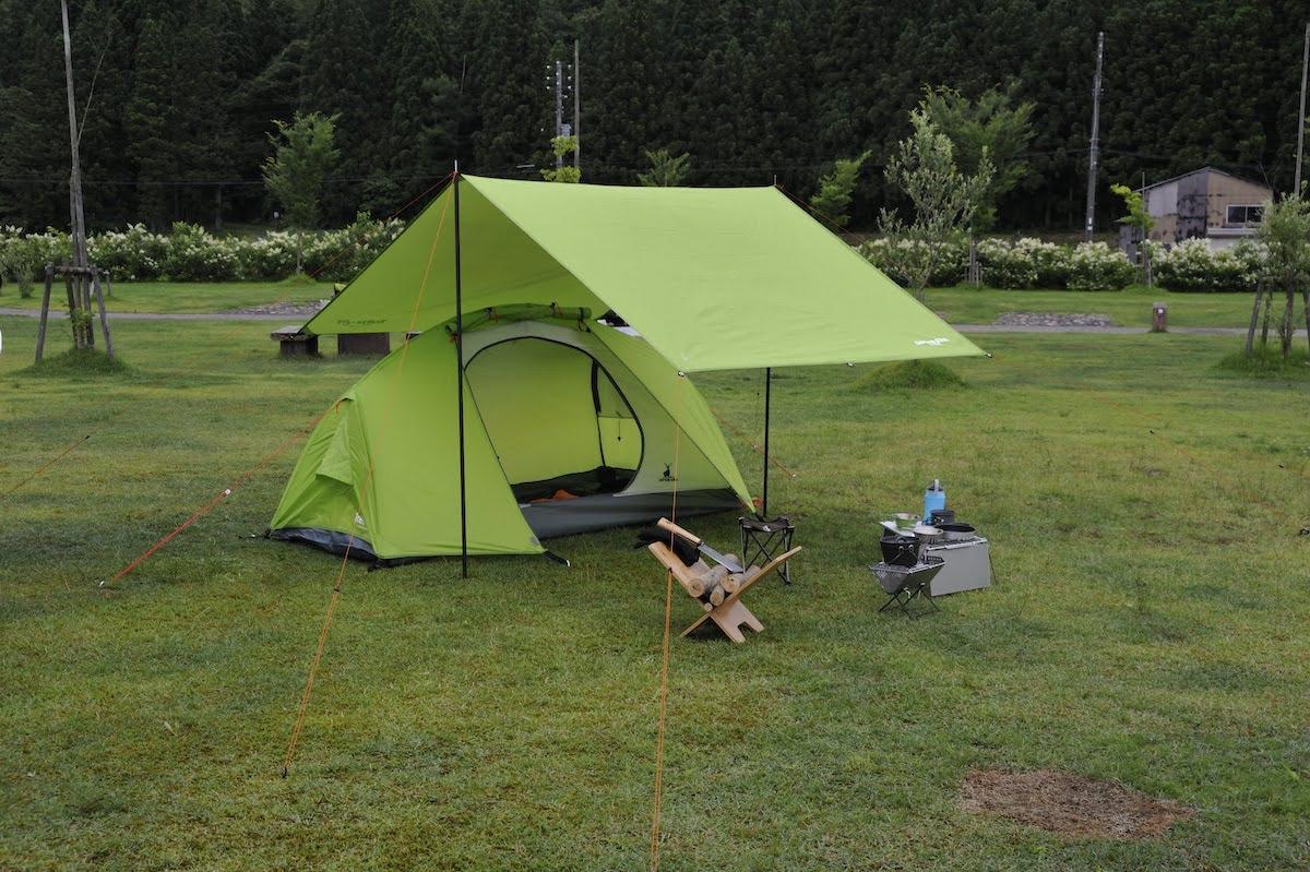 ソロテントを中心にコンパクトにまとめたテントとタープの組み合わせ 2